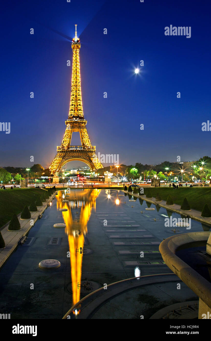 The Eiffel tower reflected in the fountains of the Trocadero gardens, Paris, France. View from Palais de Chaillot. - Stock Image