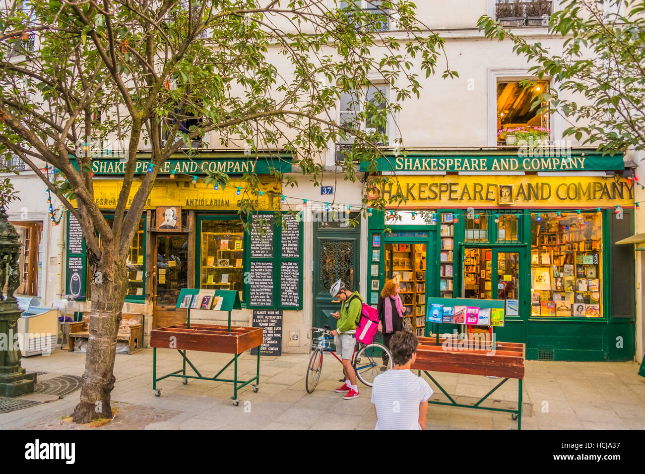 shakespeare and company bookstore, outside view, street scene - Stock Image