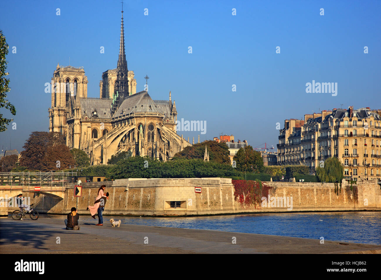 Couple getting photographed in front of The Notre Dame Cathedral, Paris, France. - Stock Image