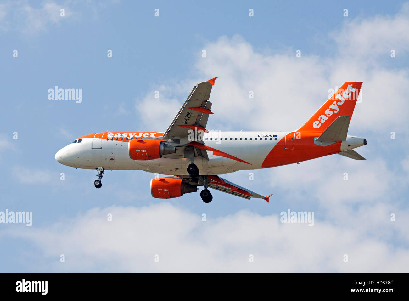 AMSTERDAM, THE NETHERLANDS - SEPTEMBER 25, 2016: Contrasting picture of an Airbus A319-111 from easyJet that wil - Stock Image
