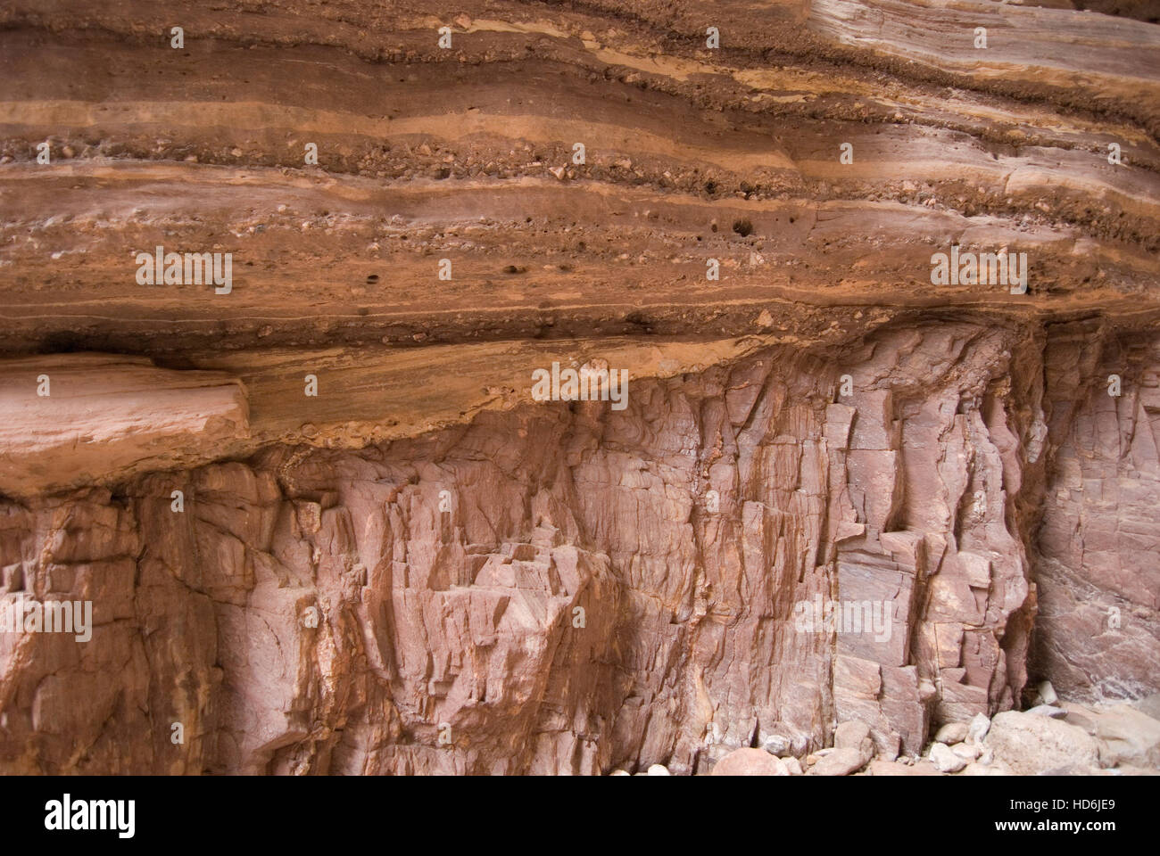 The Great Unconformity in Blacktail Canyon. Cambrian Tapeats Sandstone resting upon Early Proterozoic Vishnu Schist. - Stock Image
