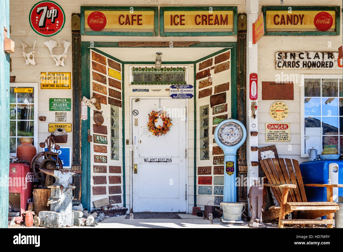 Kitsch exterior of gift shop with retro vintage signs and license plates at Techatticup Mine near Eldorado Canyon - Stock Image
