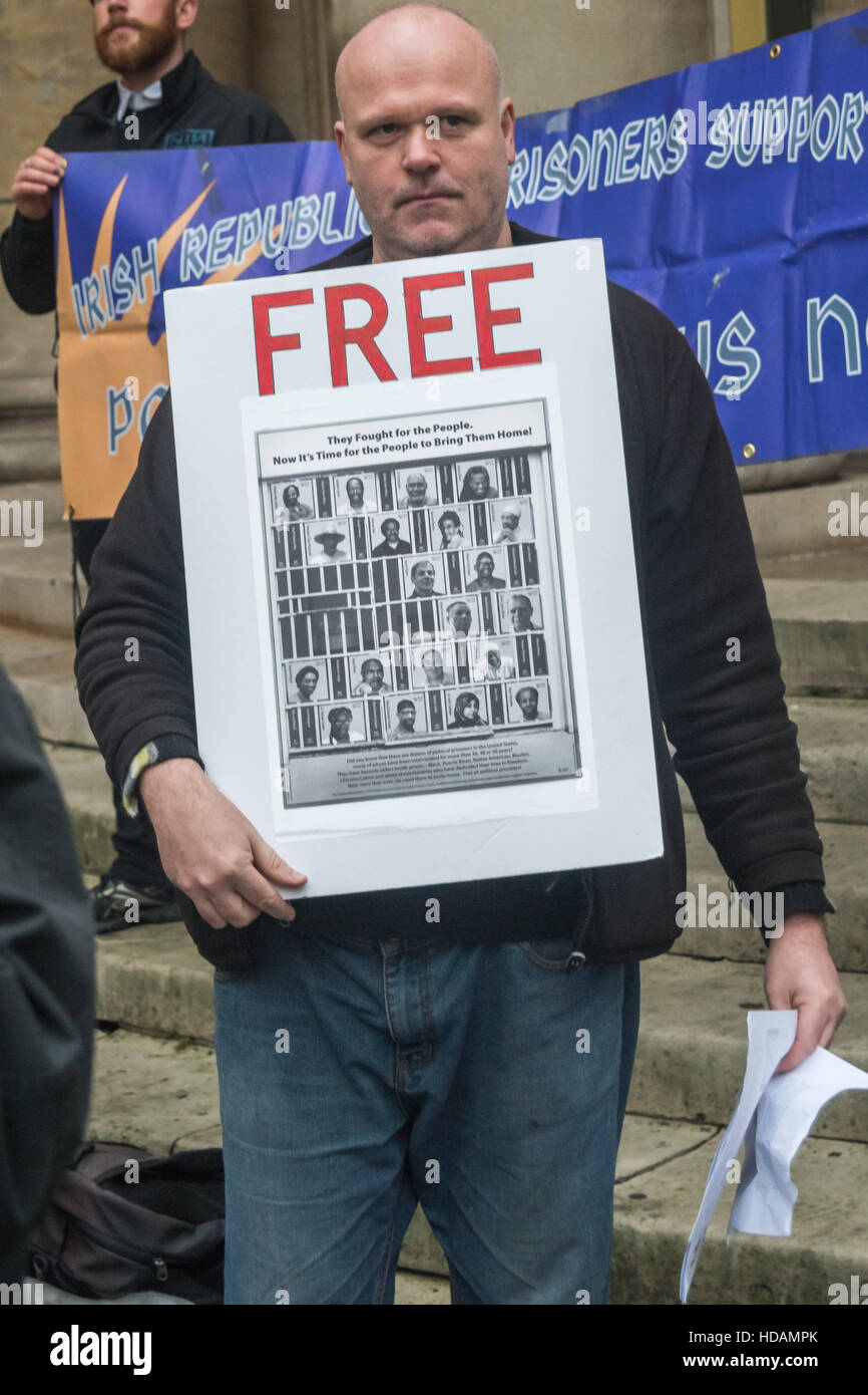 London, UK. 10th December 2016. A man holds a poster calling for political prisoners hled in US jails to be freed. - Stock Image