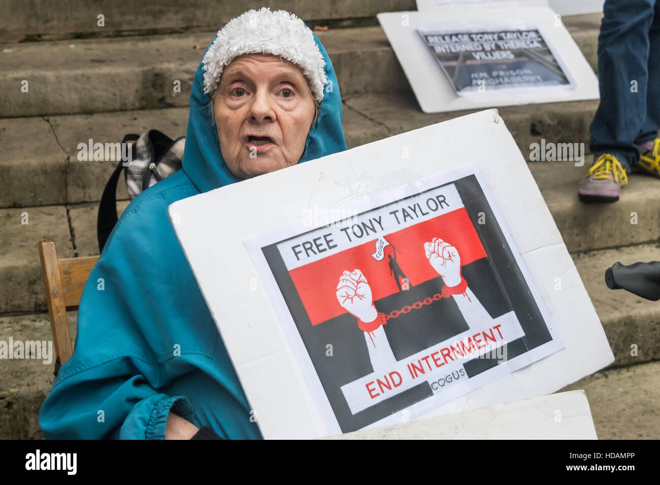 London, UK. 10th December 2016. A woman holds a poster calling for Tony Taylor to be freed and an end to interment - Stock Image