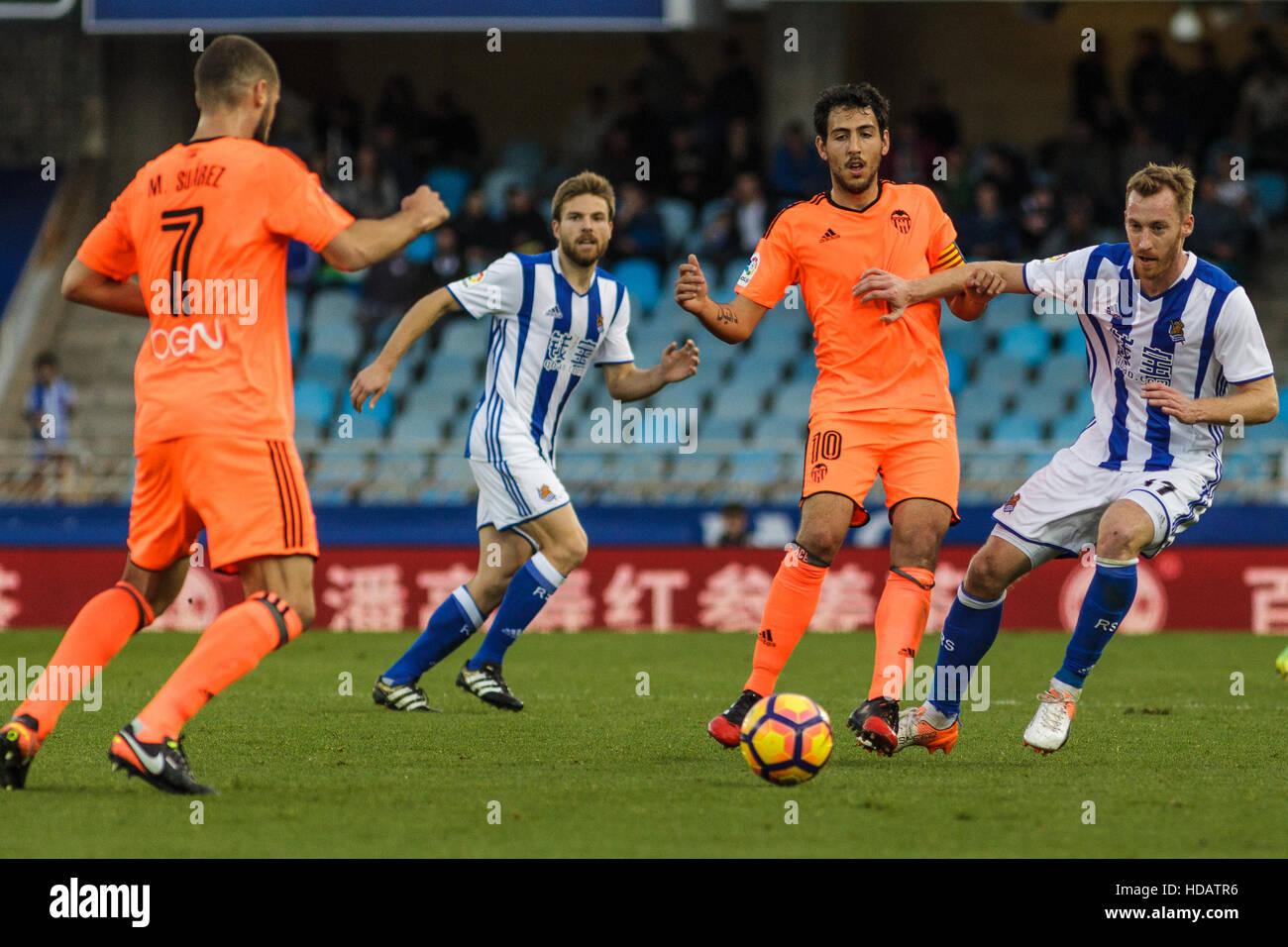 San Sebastian, Gipuzcoa, Spain. 10th December, 2016. Valencia midfielder Parejo under pressure during the Liga Santander - Stock Image