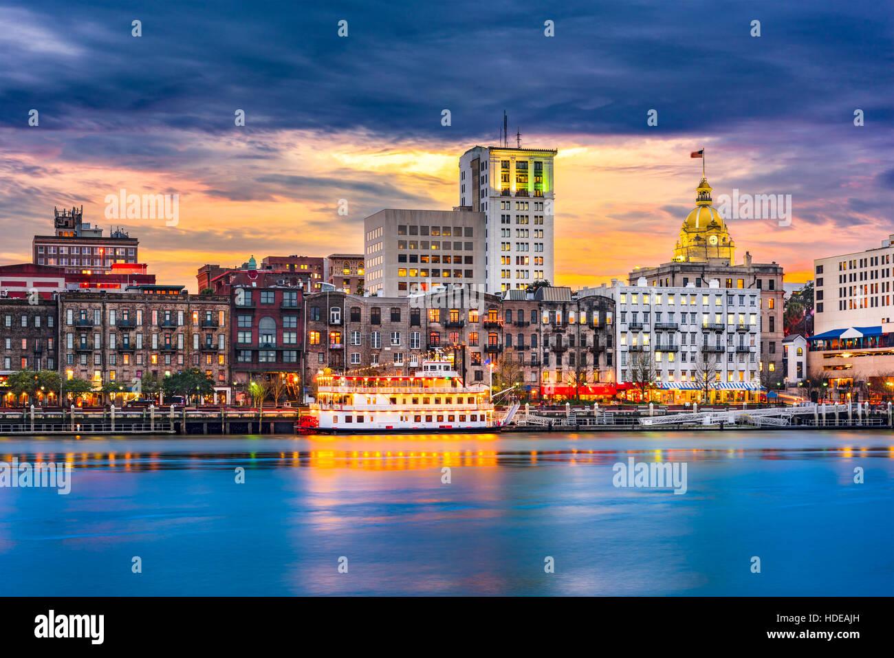 Savannah, Georgia, USA skyline on the Savannah River at dusk. - Stock Image