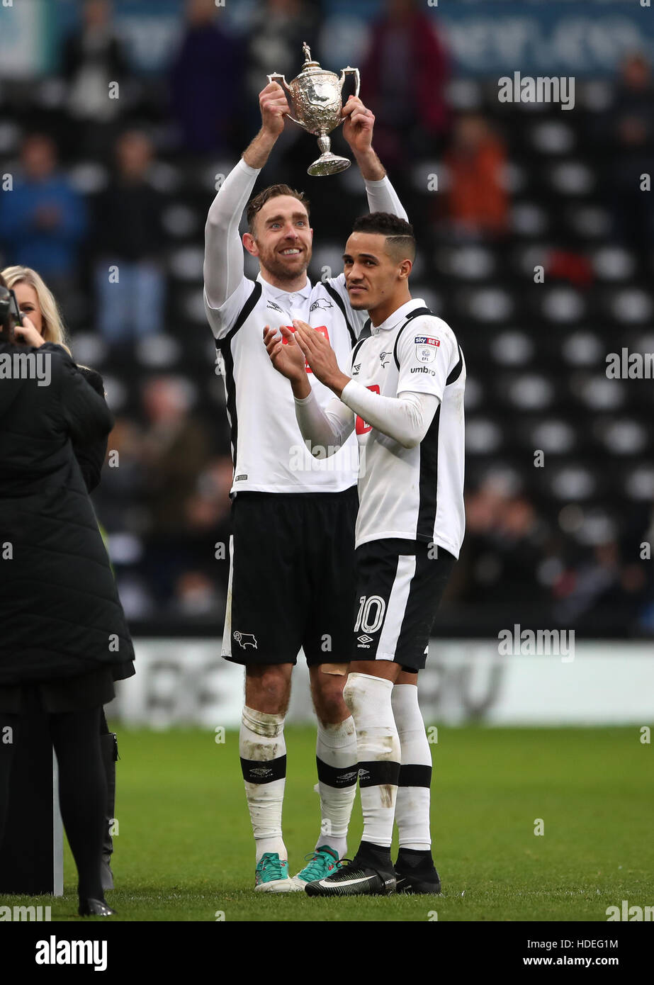 Derby County's Richard Keogh lifts the Brian Clough Trophy with Thomas Ince after the Sky Bet Championship match - Stock Image