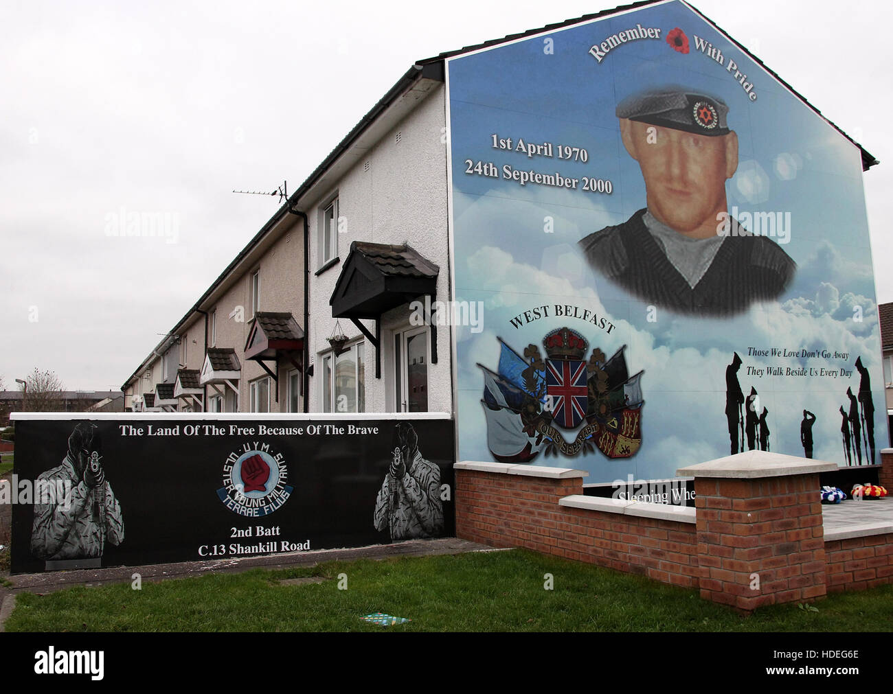 Loyalist mural on a Shankill Road housing estate in west Belfast - Stock Image