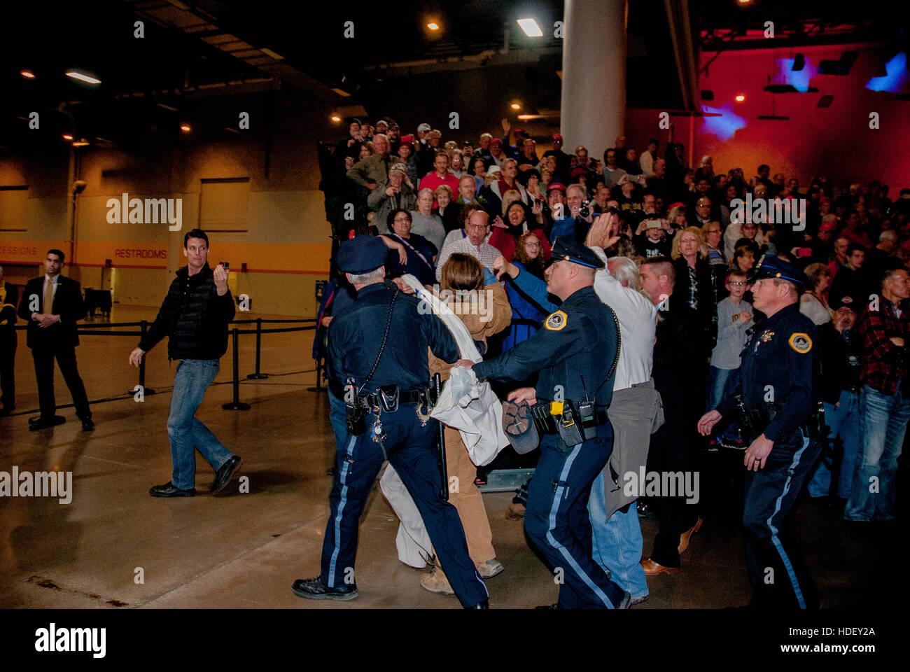 Des Moines Escort >> Des Moines Iowa Usa 8th December 2016 Des Moines Police Officers