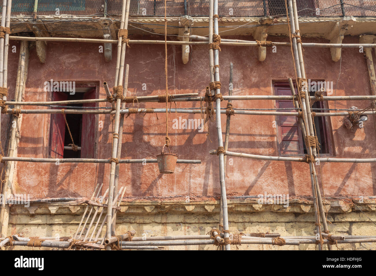 Building site with construction work, showing timber scaffolding, Udaipur, Rajasthan, India - Stock Image