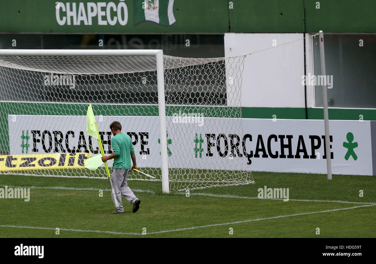 (161212) -- CHAPECO, Dec. 12, 2016 (XINHUA) -- A worker of Chapecoense football club carries the corner flags before - Stock Image