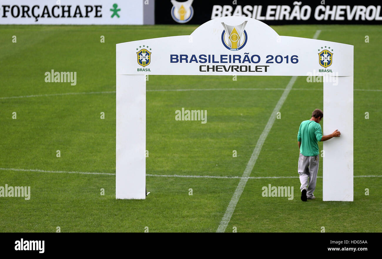 (161212) -- CHAPECO, Dec. 12, 2016 (XINHUA) -- A worker of Chapecoense football club walks by the gate placed on - Stock Image