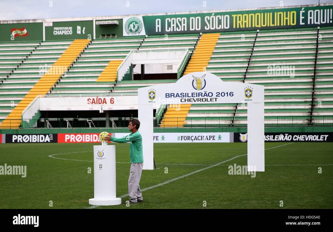 (161212) -- CHAPECO, Dec. 12, 2016 (XINHUA) -- A staff member of Chapecoense football club takes away the ball for - Stock Image