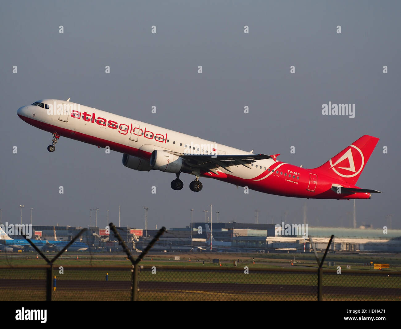TC-ATE, Airbus A321-211, Atlasjet takeoff from Schihol runway 36C pic1 Stock Photo