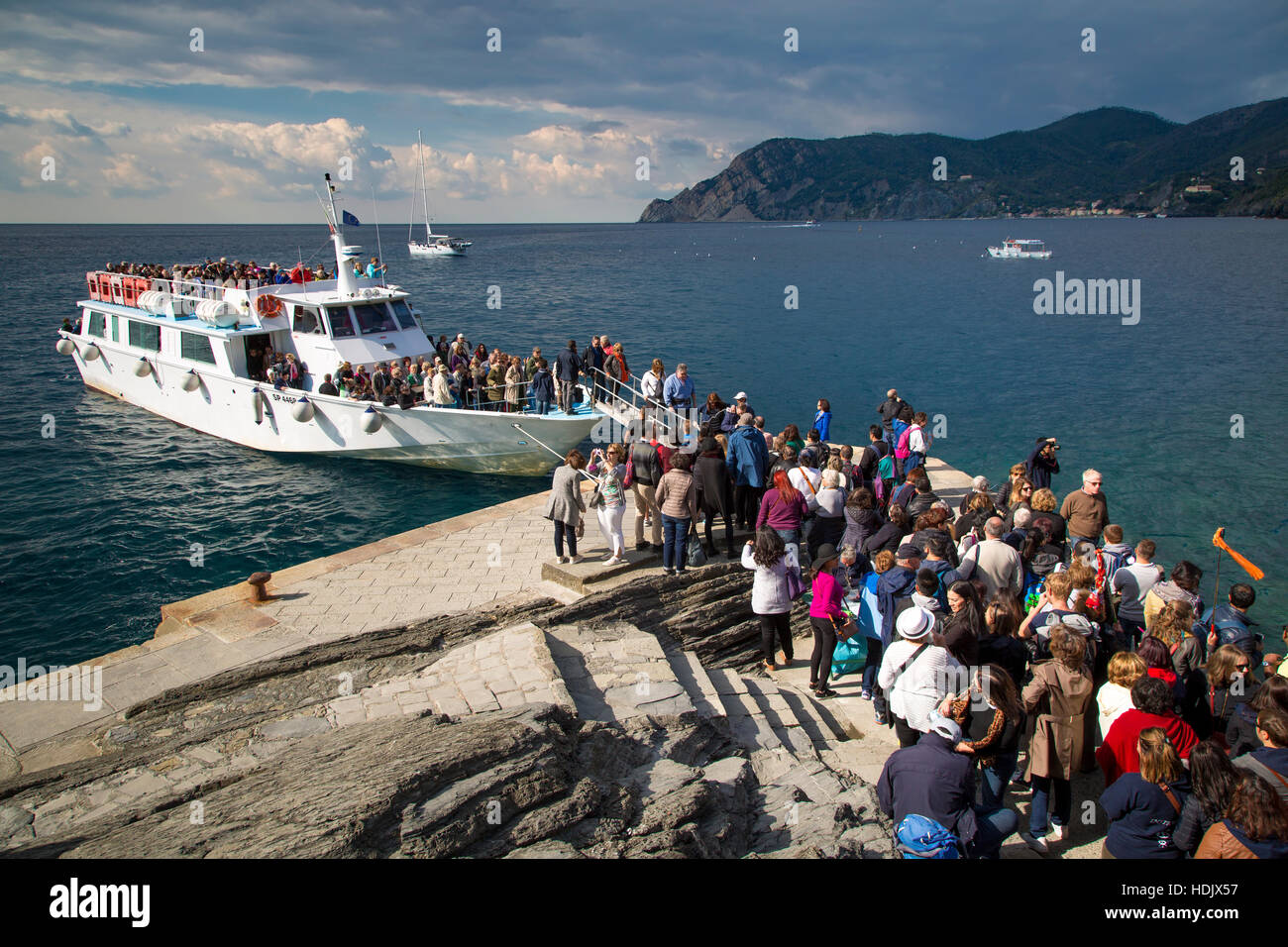 Tourists unloading from shuttle boat in Vernazza, Cinque Terre, Liguria, Italy - Stock Image