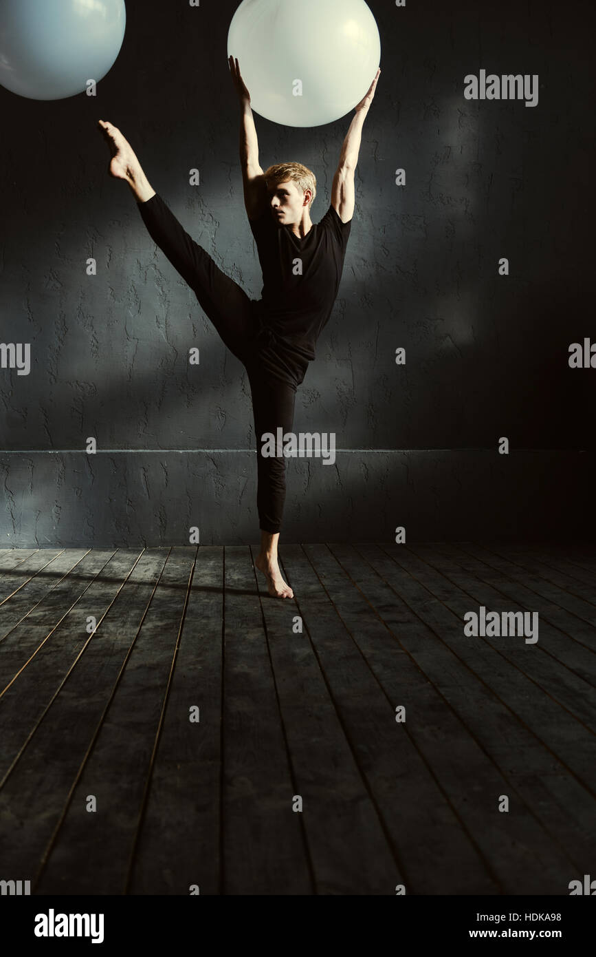 Concentrated young man dancing in the studio - Stock Image