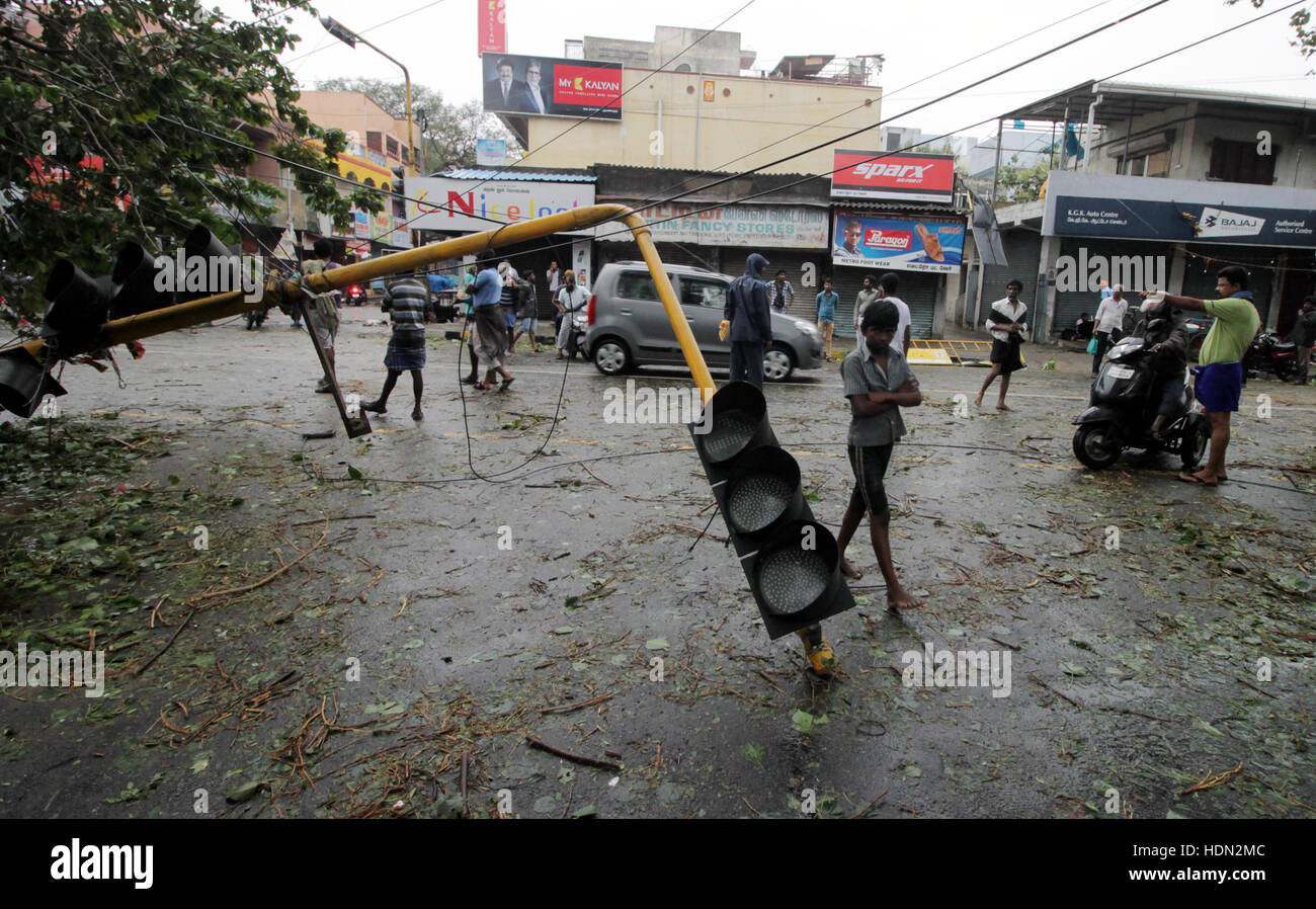 (161213) -- CHENNAI, INDIA, Dec. 13, 2016 (Xinhua) -- A traffic light is blew down by strong wind when Cyclone Vardah - Stock Image