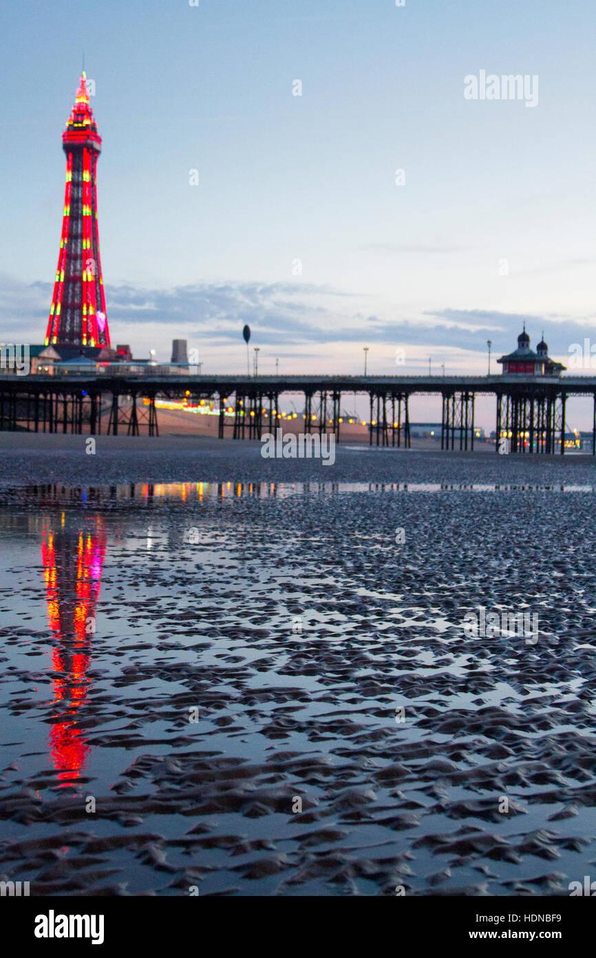 Blackpool, Lancashire, UK. 14th Dec, 2016. UK Weather: Sunset over Blackpool, Lancashire: 14th Dec 2016.  A beautiful - Stock Image