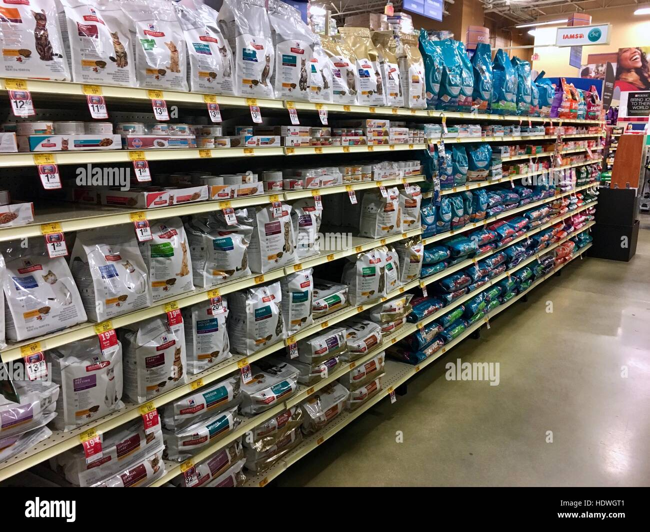 Pet supplies in a Petsmart Stock Photo: 129025121 - Alamy