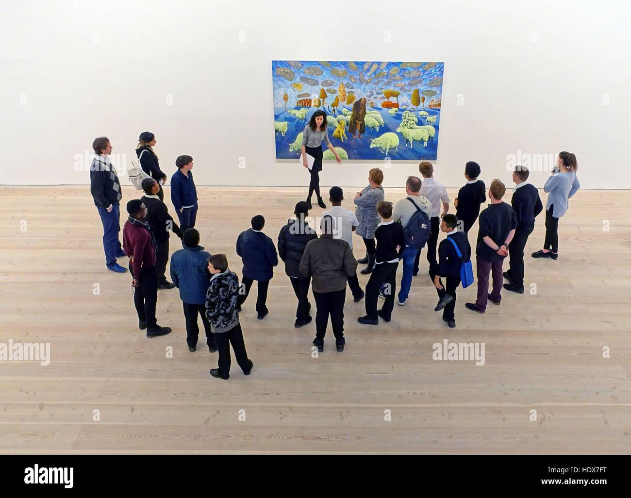 Group of schoolchildren visiting art gallery in London - Stock Image