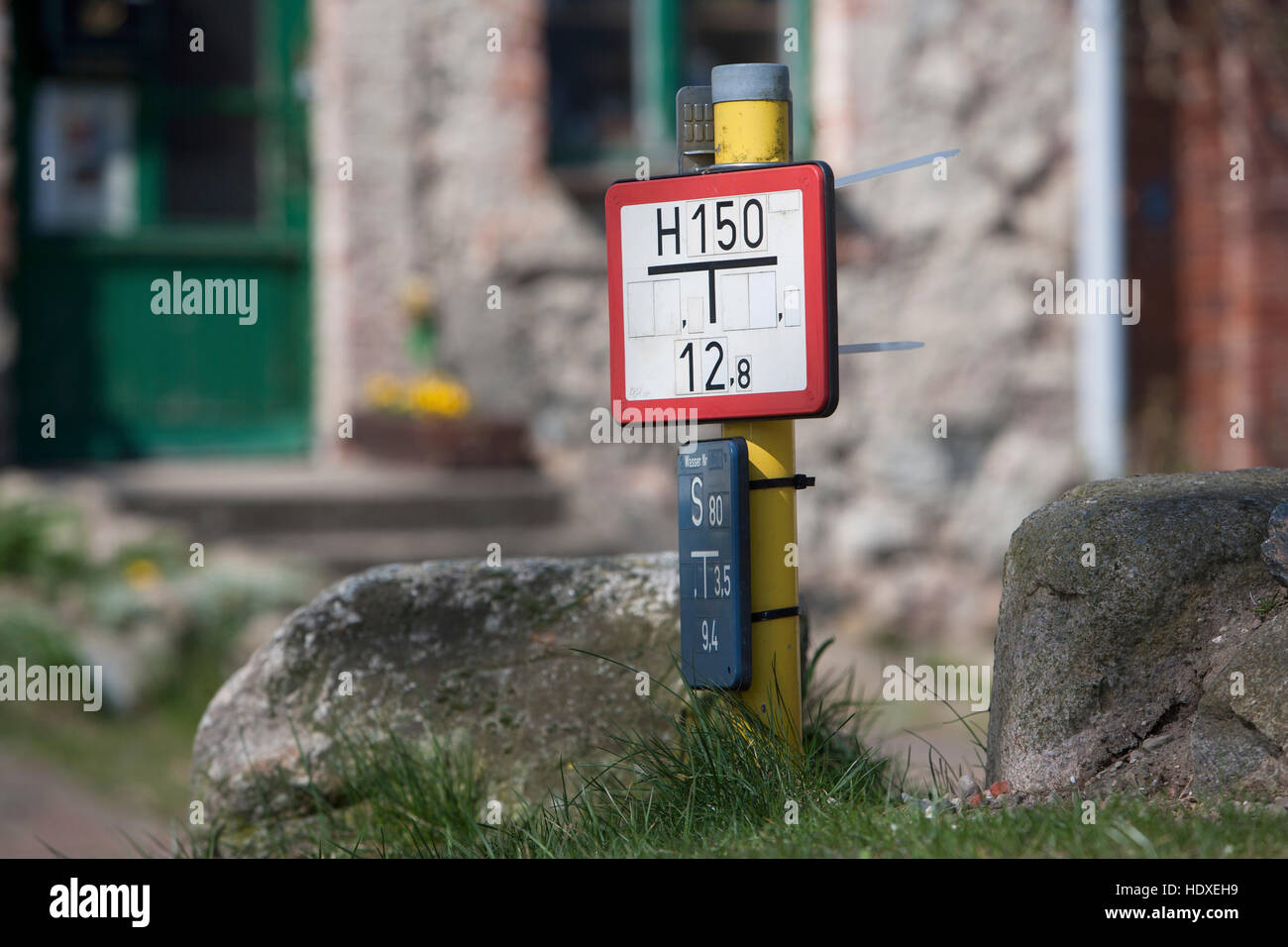 german signs for fire hydrant and gate valve, amtswerder, feldberg,  feldberger seenlandschaft, mecklenburgische - Stock Image