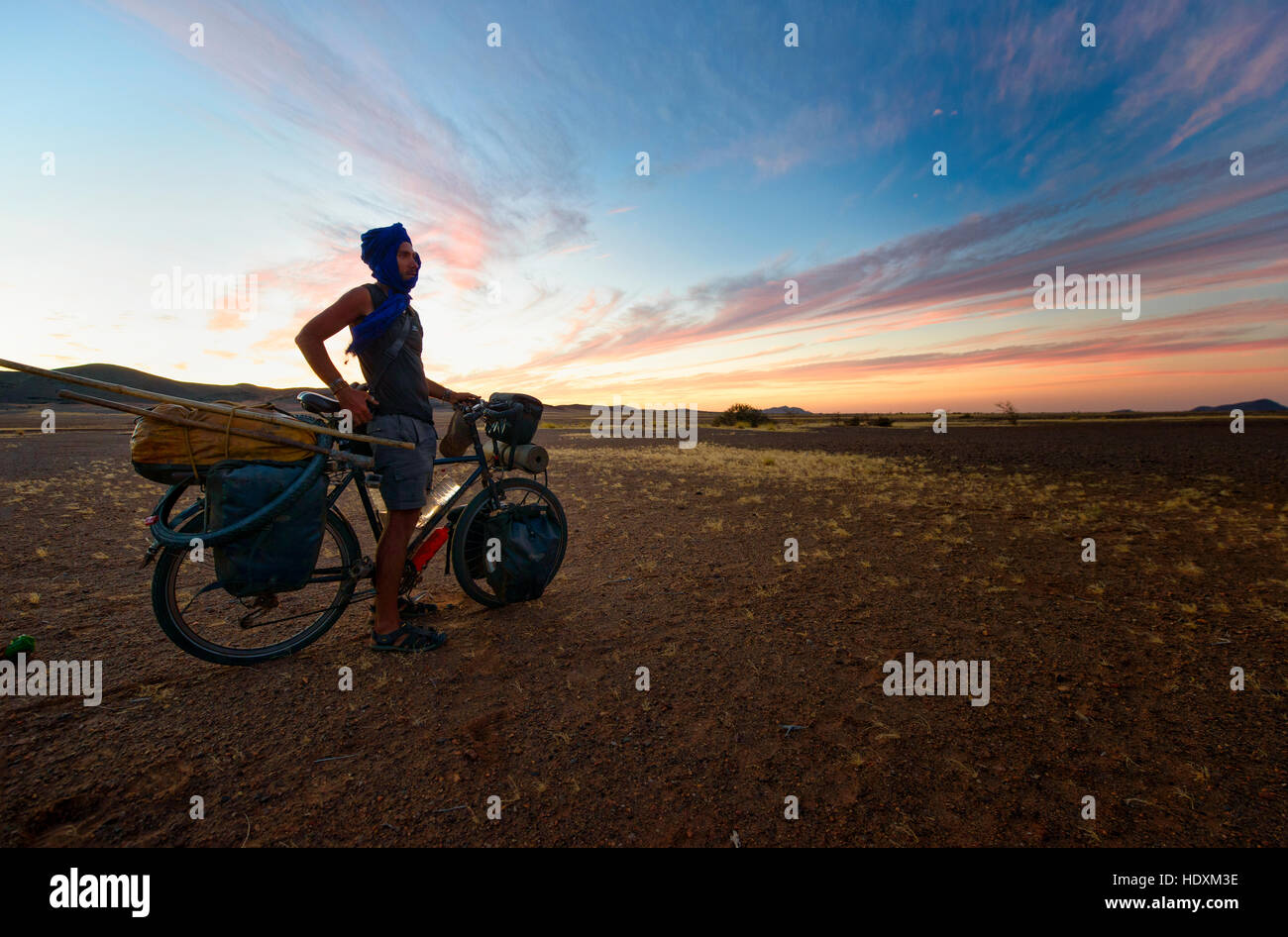 Cycling in the Adrar region of the Sahara desert, Mauritania Stock Photo