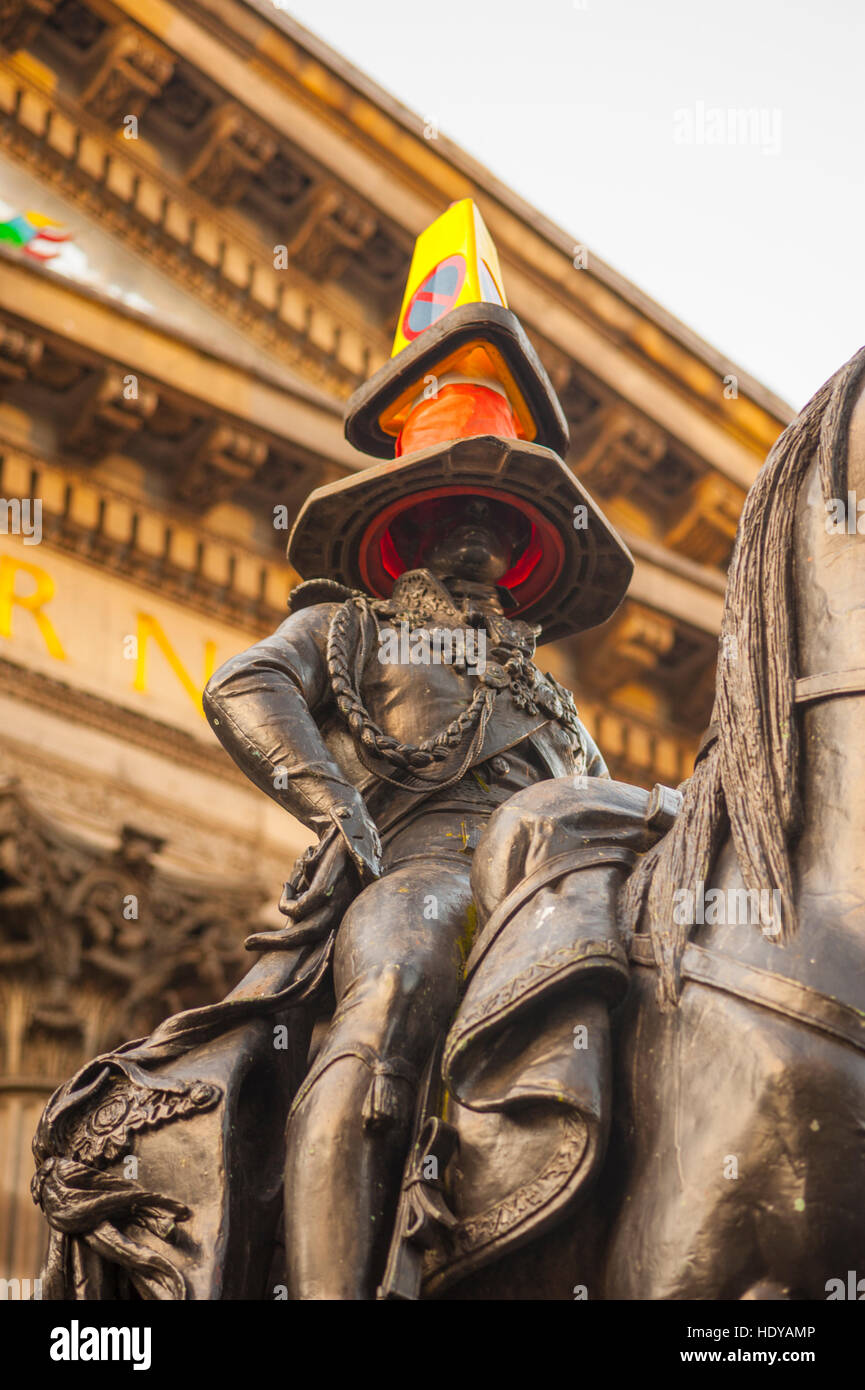 The statue of The Duke of Wellingto outside GoMA in Royal Exchange square. By tradition there is always a traffic - Stock Image