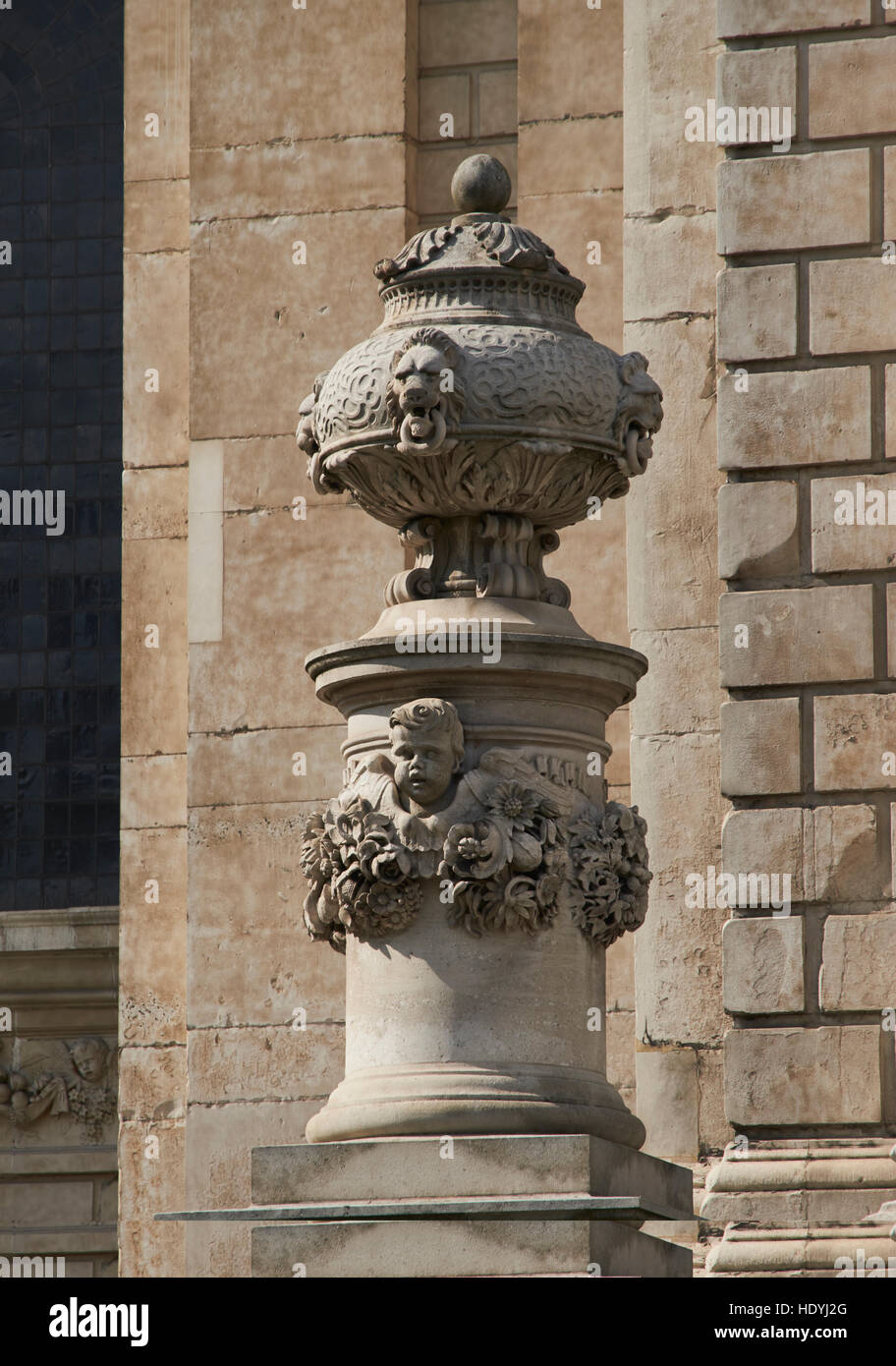 Urn and cherub on gateway on south portico, by Grinling Gibbons  St Paul's Cathedral, London. Late 17th century. - Stock Image