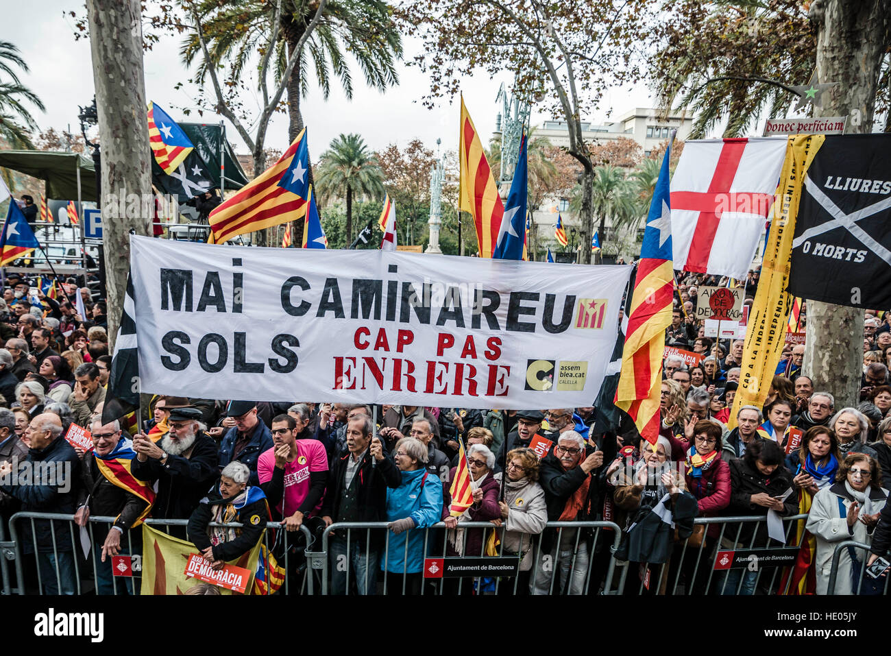 Barcelona, Spain. 16th December, 2016.  Pro-independence protestors hold a placard reading 'you never walk alone - Stock Image