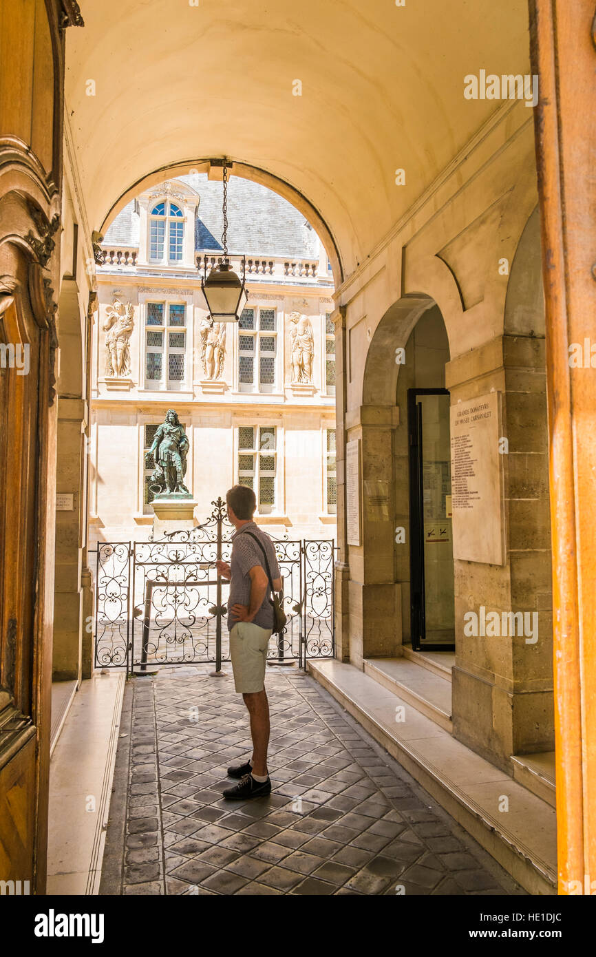 entrance and inner courtyard of carnavalet museum - Stock Image
