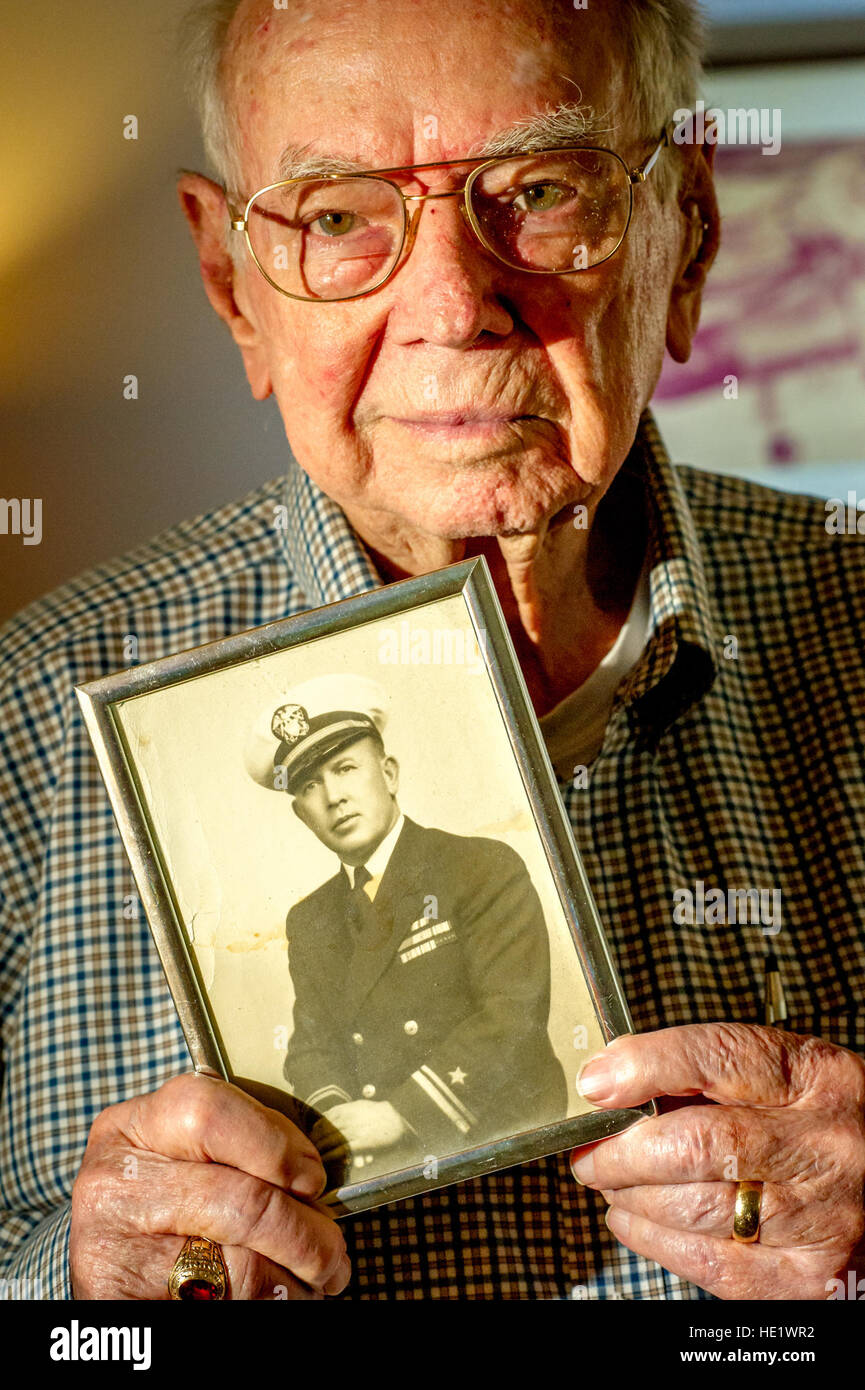 Frederick Austin Crow Jr., now 90, holds a photograph of his father, Frederick Austin Crow Sr., who was transferred - Stock Image