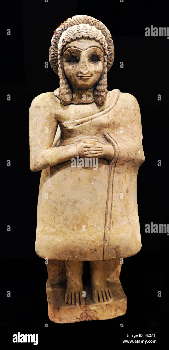 6027. Statue of a female in worshiper in a simple dress, gypsum, Khfajah, Mesopotamia, Iraq, c. 2650-2550 BC. - Stock Image