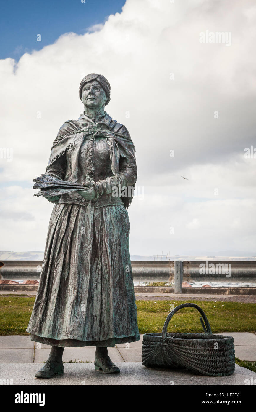 Fisher Wife Bronze Statue at Nairn in Scotland. - Stock Image
