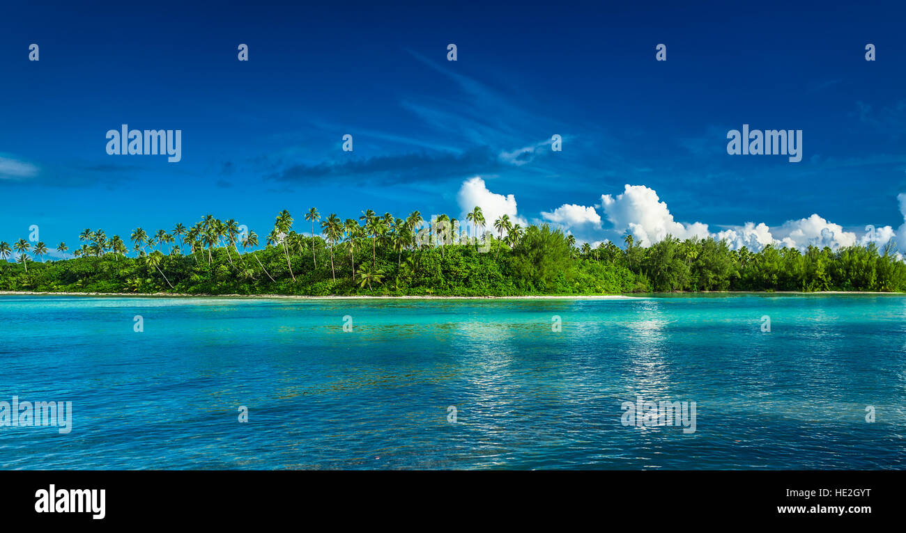 Tropical Rarotonga with palm trees and white sandy beach, Cook Islands - Stock Image