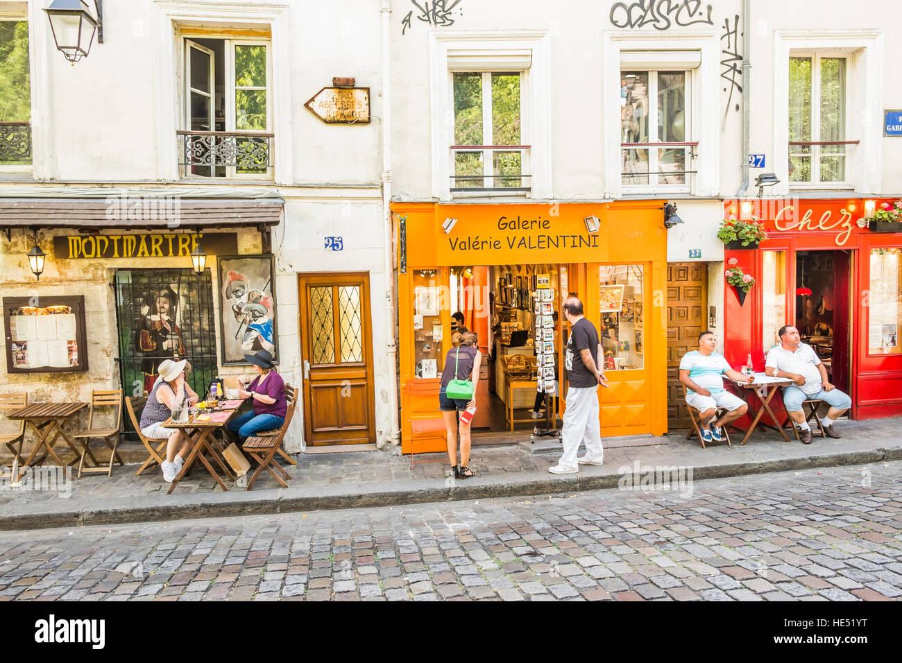 street scene in front of galerie valerie valentini and restaurant chez marie - Stock Image