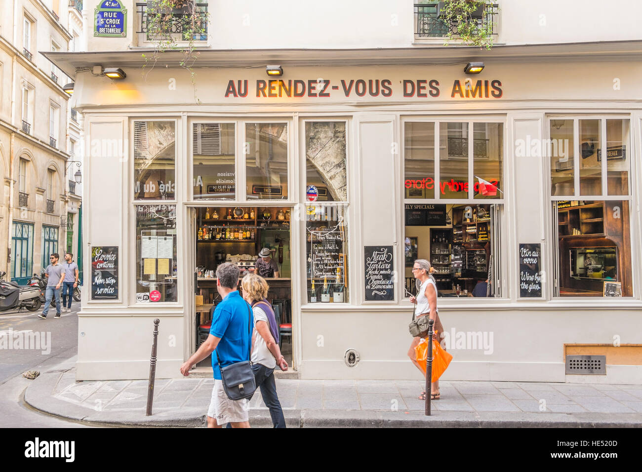 street scene in front of au rendez-vous des amis, bar, brasserie - Stock Image