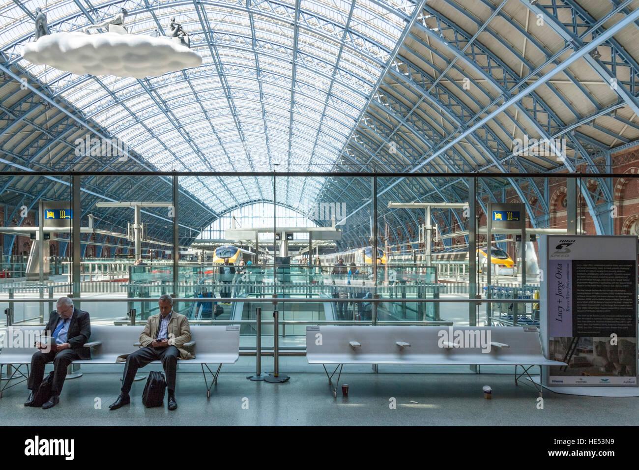 Business travellers at St Pancras International Station, London, UK - Stock Image