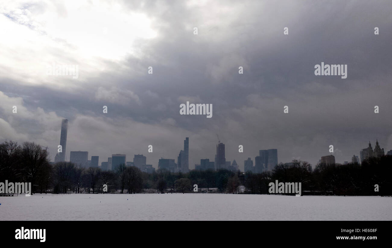 New York City, USA. 17th Dec, 2016. US Weather: Snow covers the Great Lawn in New York City's Central Park on the Stock Photo