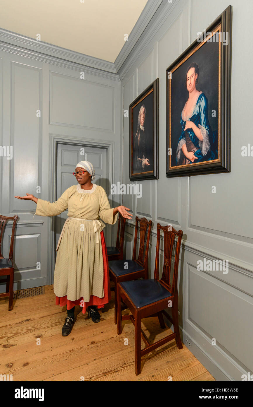 Colonial Williamsburg interpreter in Peyton Randolph House. - Stock Image