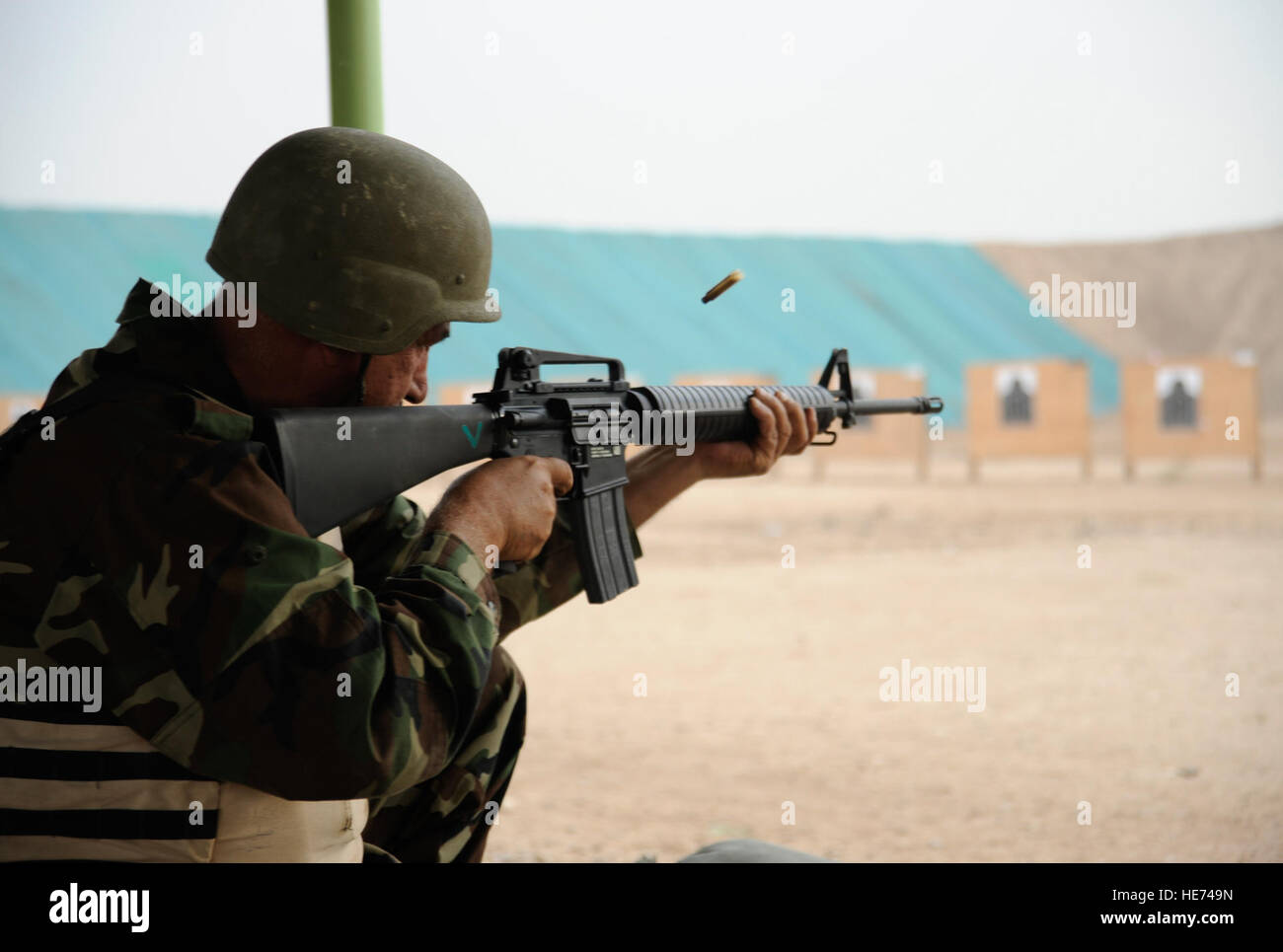 Iraqi army Sgt. Maj. Hannoon Saskbor Arian al Taai, Taji Location Command Sgt. Maj., fires his M-16 rifle at Taji - Stock Image