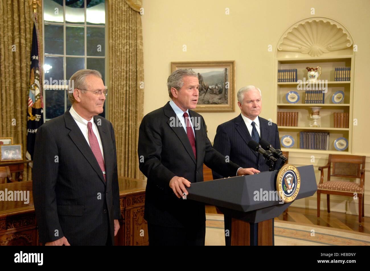 U.S. Secretary of Defense Donald Rumsfeld (left), President George W. Bush, and Secretary of Defense Robert Gates - Stock Image