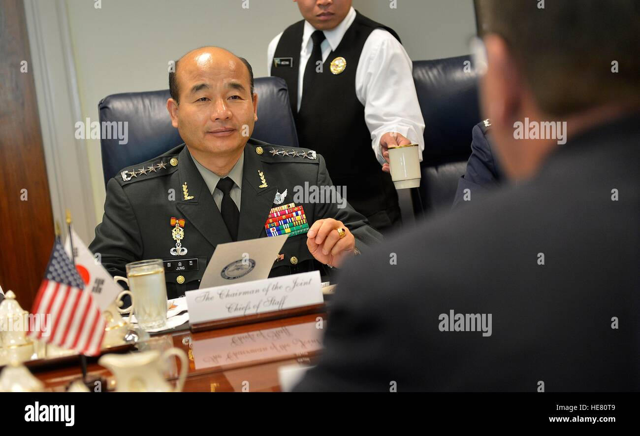 South Korean Joint Chiefs of Staff Chairman Jung Seung-jo meets with U.S. Secretary of Defense Ashton Carter at - Stock Image