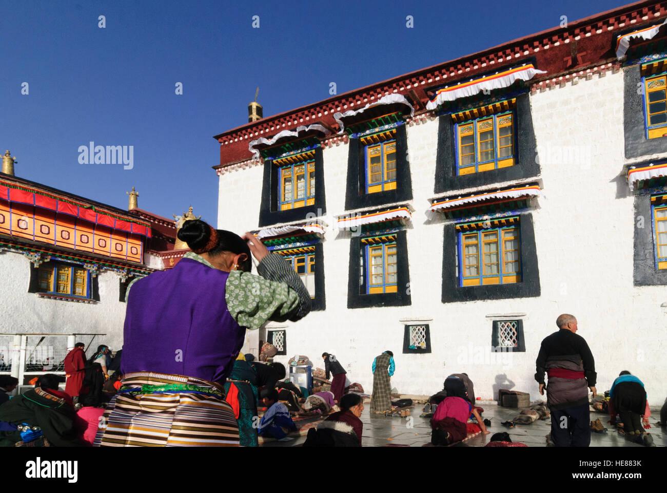 Lhasa: Jokhang Temple; Praying Tibetans, Tibet, China - Stock Image