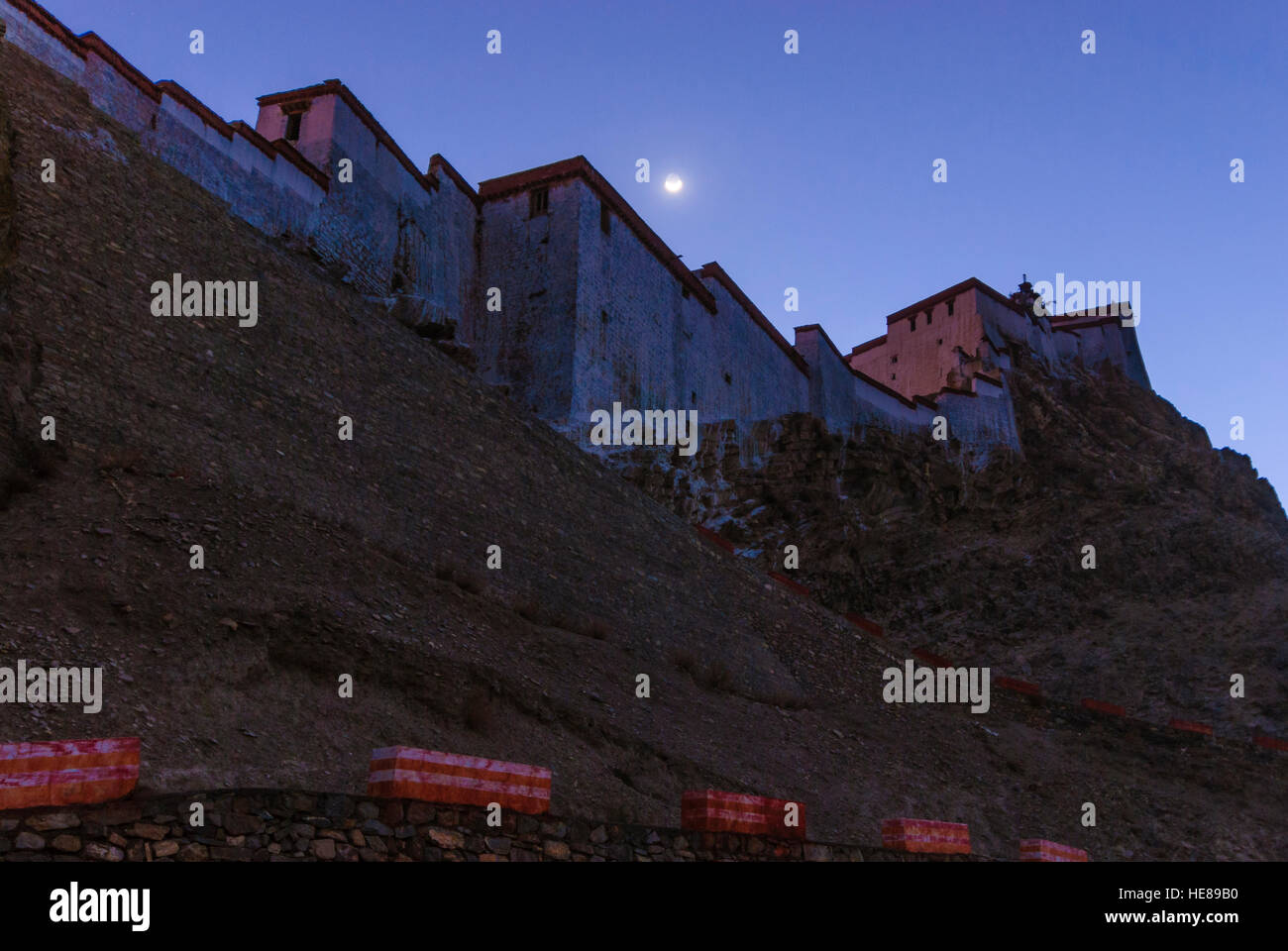 Gyantse: Dzong (castle) Gyantse; moon, Tibet, China - Stock Image