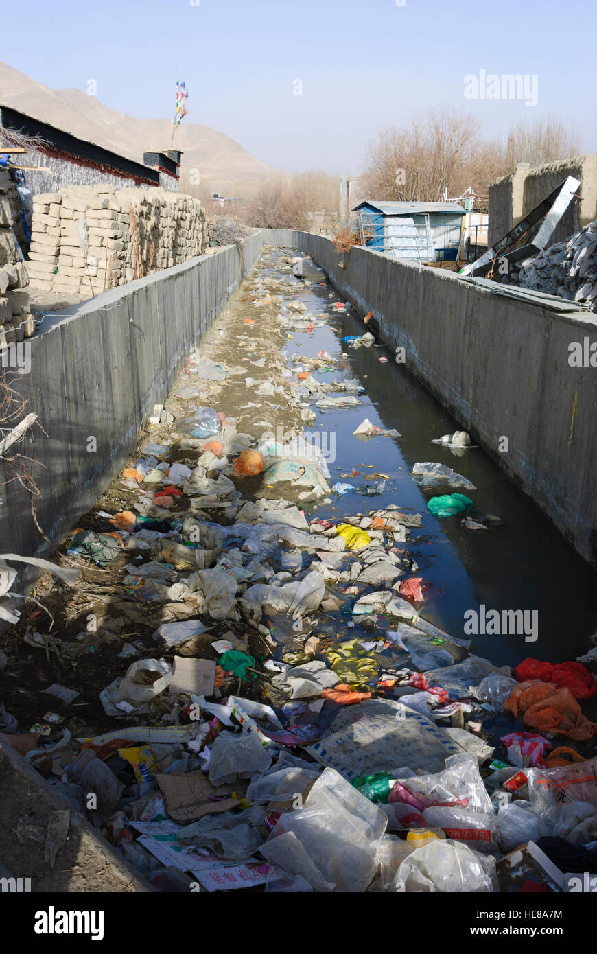 Gyantse: Canal with garbage, Tibet, China - Stock Image