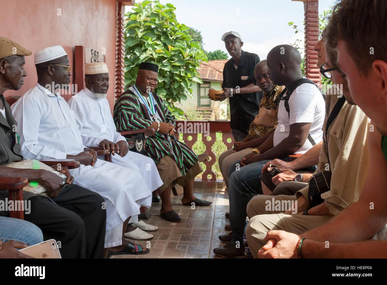 Paramount chief P.C. Grawuru III. and his team is welcoming guests to the Wara Wara Yagala chiefdom - Stock Image
