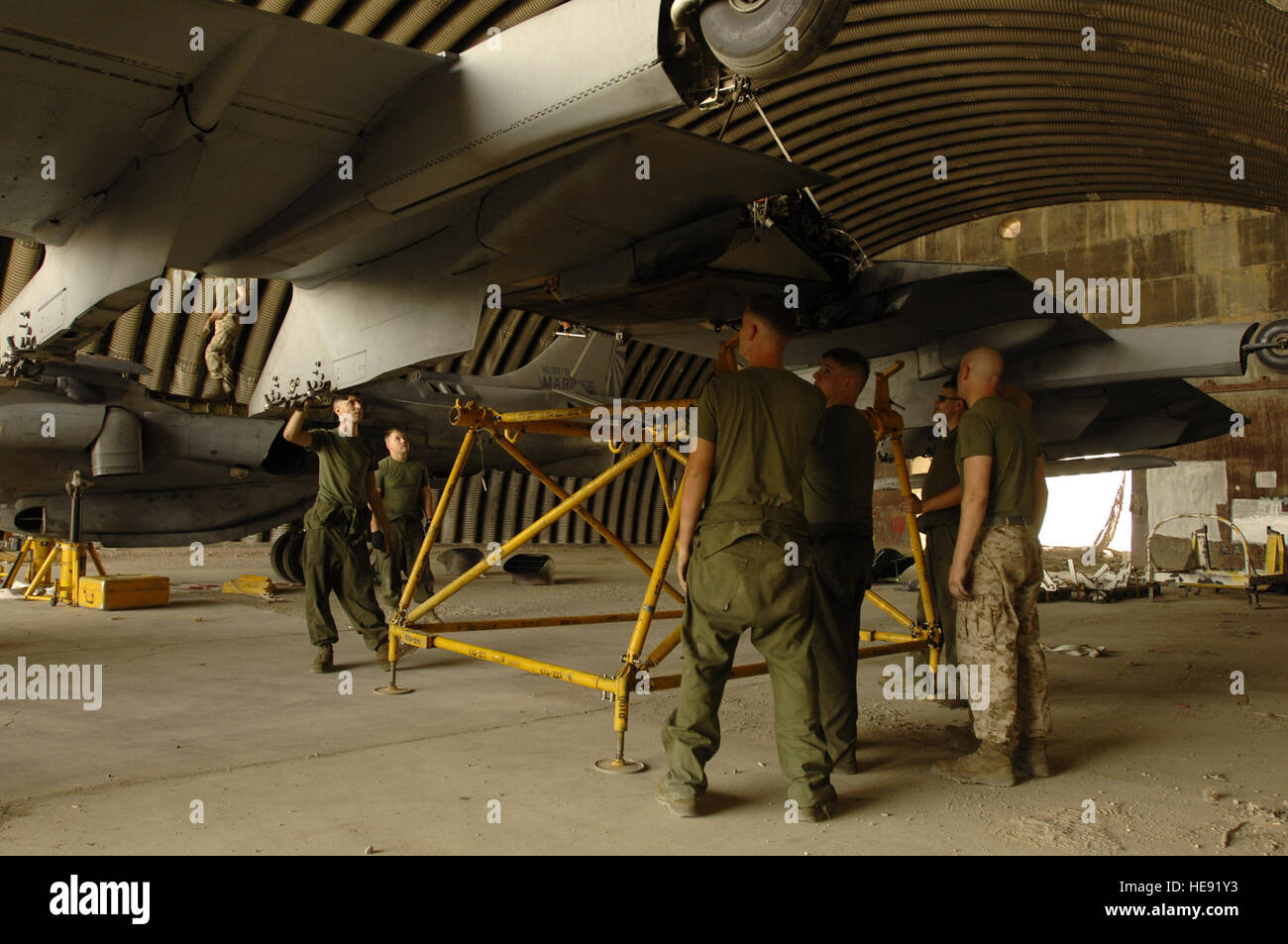 Marines of the 22nd Marine Expeditionary Unit, Cherry Point, N.C., assemble a wing stand, Oct. 11, at Ali Air Base, - Stock Image