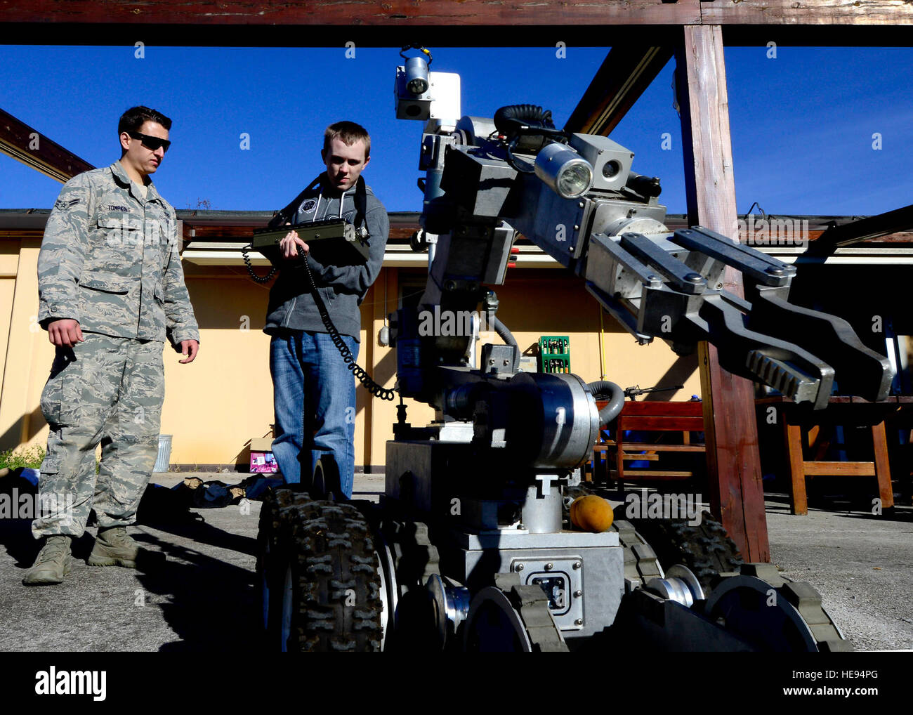 (From left) U.S. Force Airman 1st Class Taylor Tomkins, 31st Civil Engineer Squadron explosive ordnance apprentice, - Stock Image