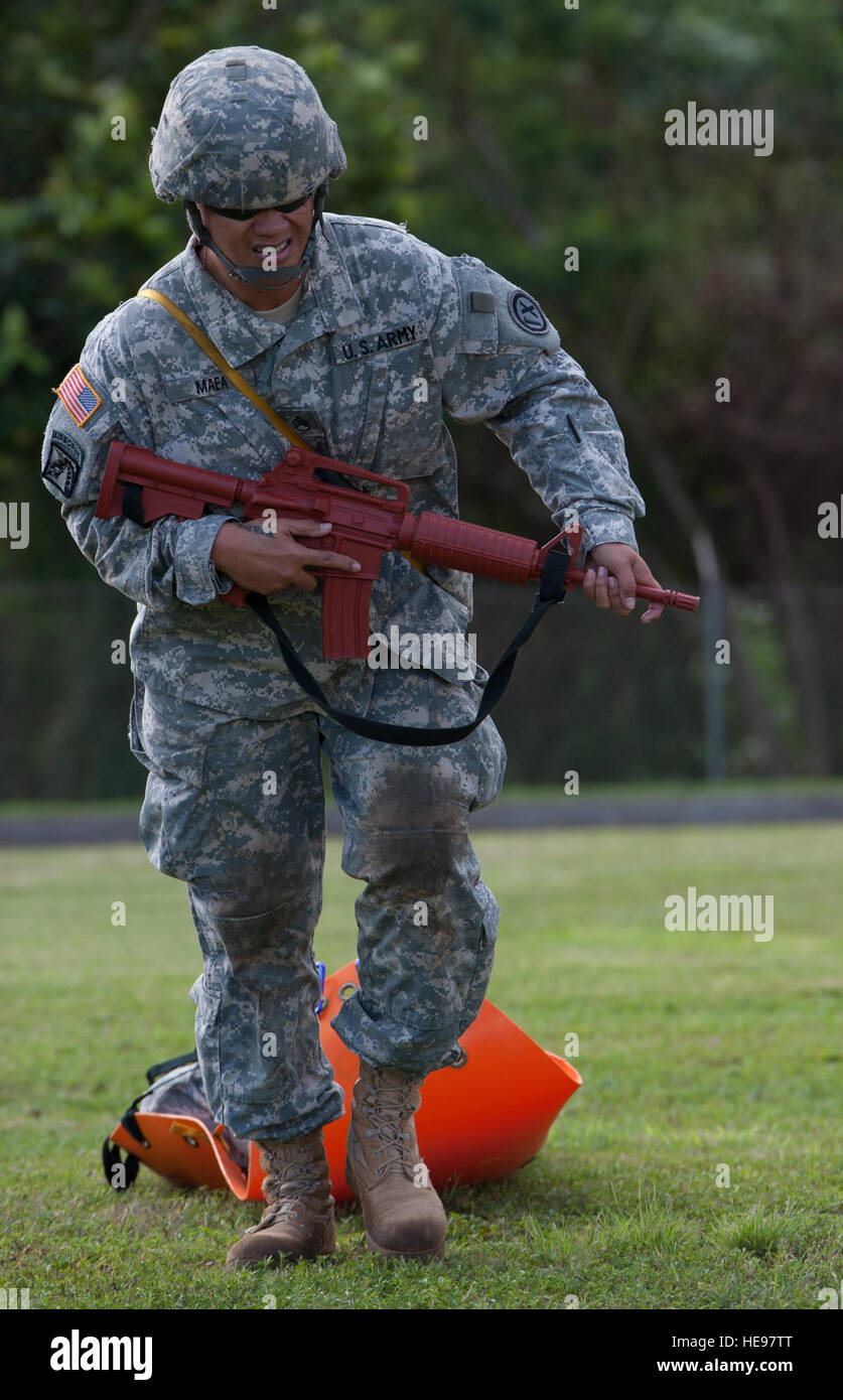 U.S. Army Staff Sgt. Diana Maea, 1984th United States Army Hospital, U.S. Army Reserve (USAR), pulls a litter during - Stock Image
