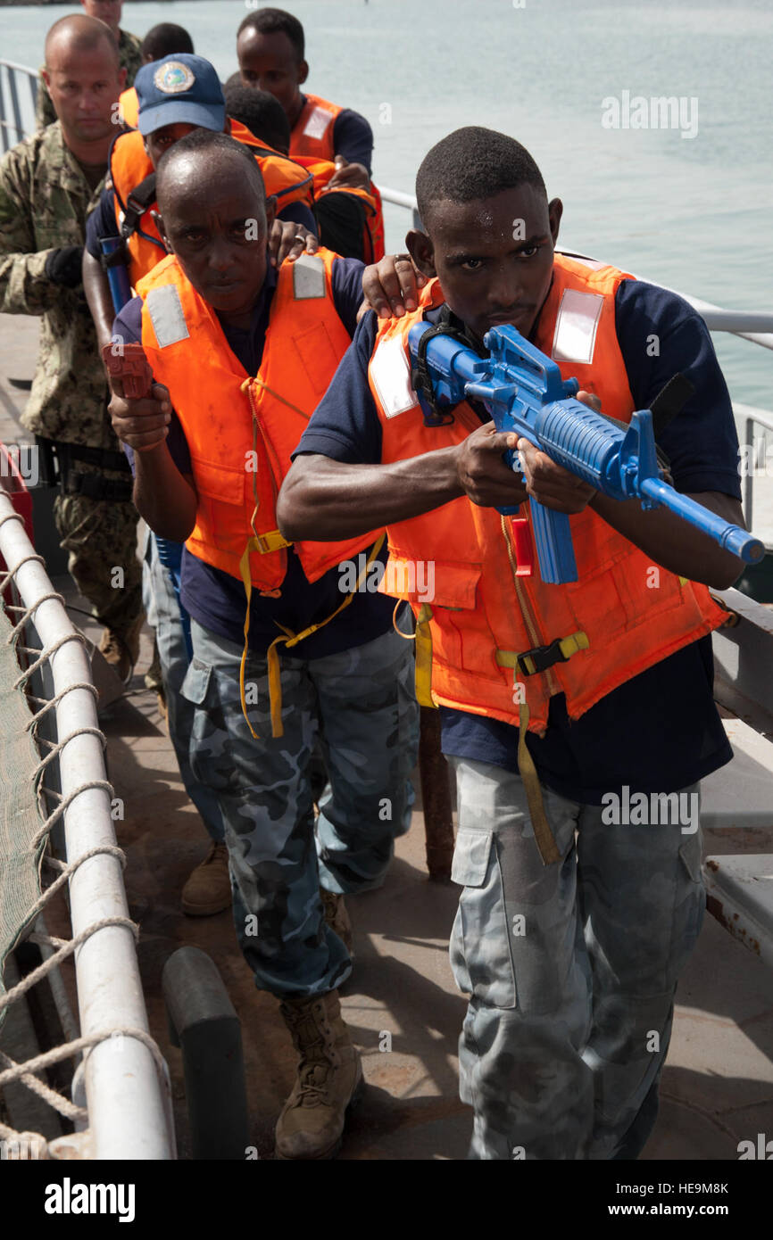 PORT OF DJIBOUTI, Djibouti (May 26, 2012) – Members of the Djiboutian navy practice securing a vessel during an Stock Photo
